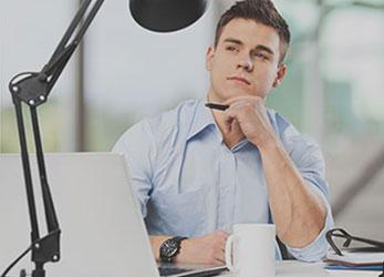 Persona pensando en su escritorio, requiere de un software